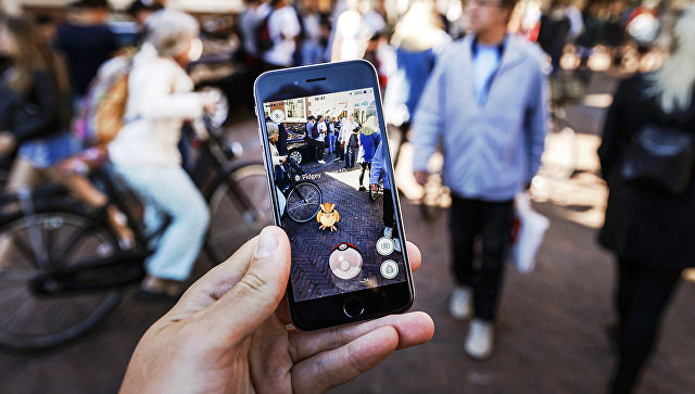 Игра Pokemon Go на экране мобильного телефона